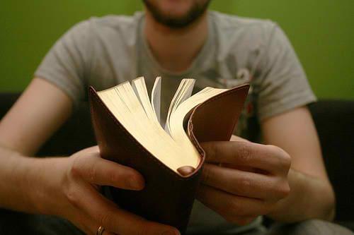 Resultado de imagem para rapaz ler a biblia